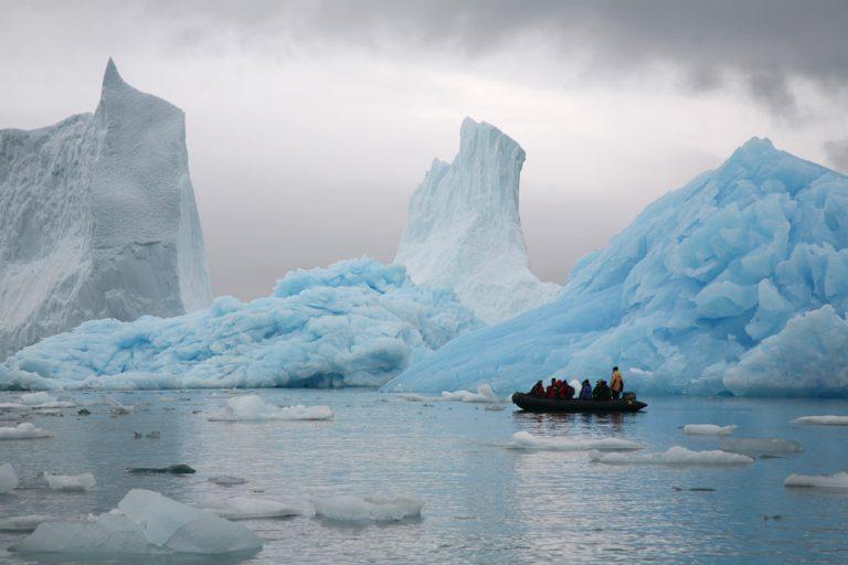 Die Eisbergformationen mit dem Zodiac erforschen