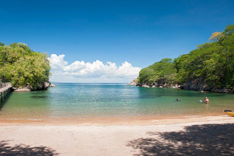 Der Malawisee lockt mit kristallklarem Wasser