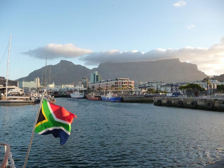 Der Tafelberg thront hinter Kapstadts Waterfront