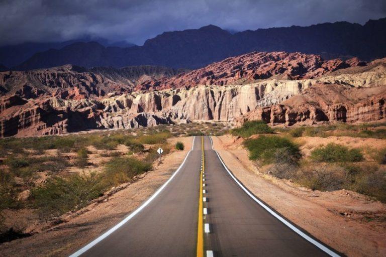 On the Road in überwältigenden Landschaften