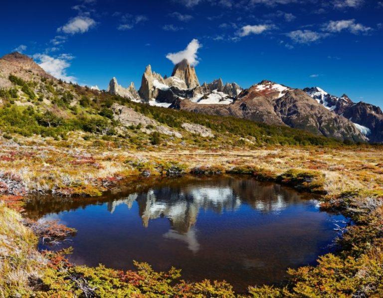 Der berühmte Berg Fitz Roy spiegelt sich auf der Wasseroberfläche