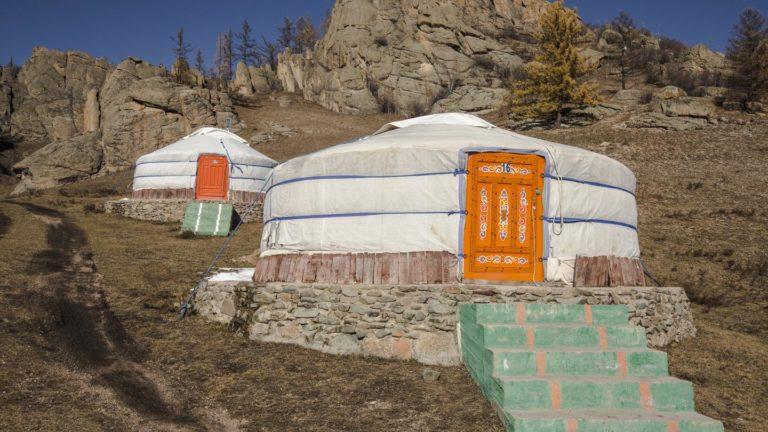 In einem traditionellen Jurten-Camp übernachten