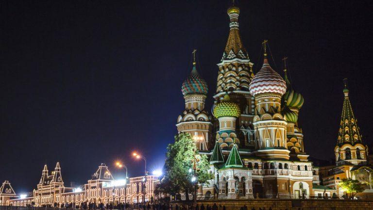 Die Atmosphäre des Roten Platzes bei Nacht erleben