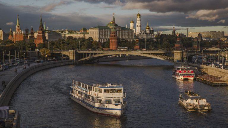 An der Moskwa entlang schlendern