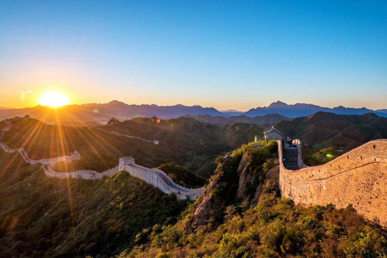 Die imposante chinesische Mauer bei Sonnenaufgang erleben