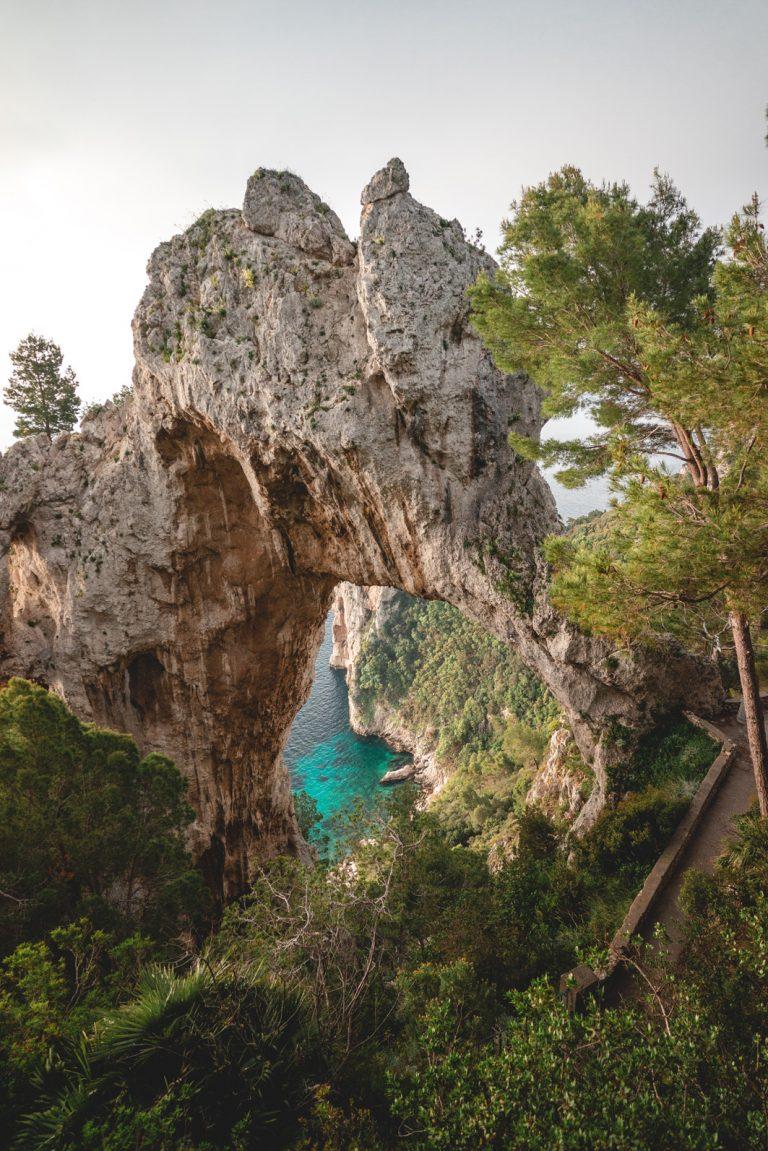 Bizarre Felsen und türkiesblaues Meer