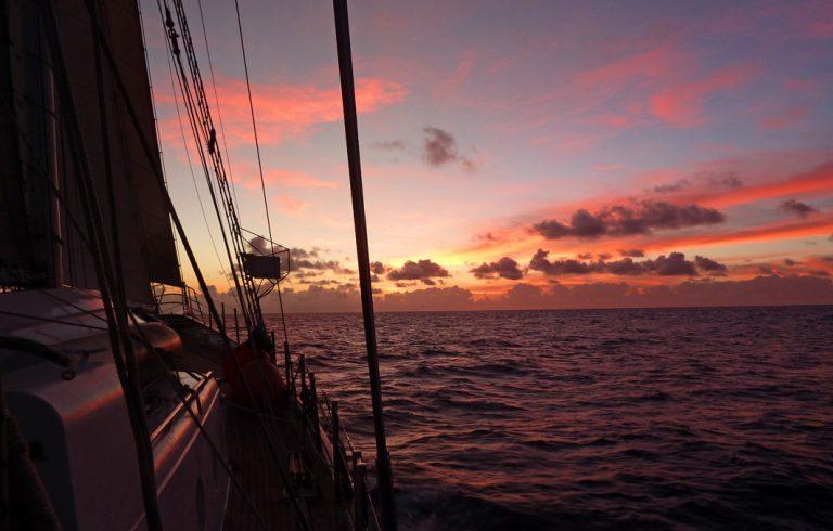 Intensive Sonnenuntergänge über dem Meer