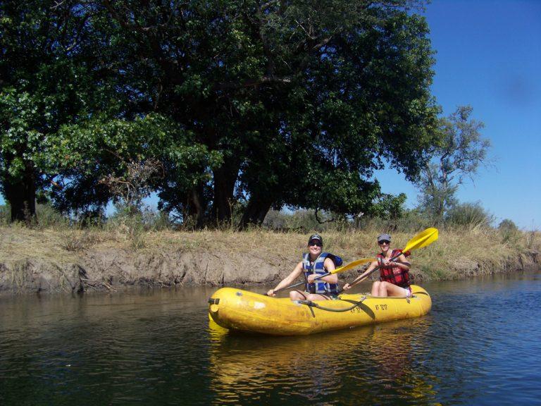Mit dem Kanu den Sambesi entlang paddeln