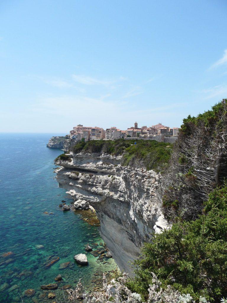Bonifacio thront auf 60 m hohen Kalksteinfelsen