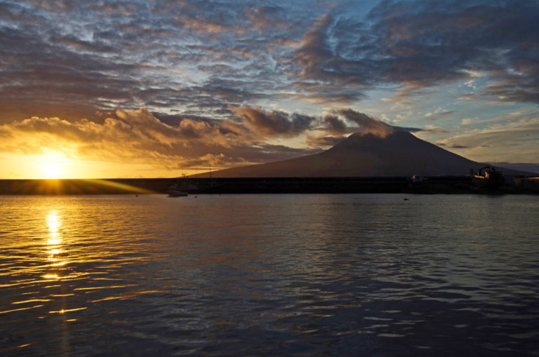 Die Sonne verschwindet neben dem Vulkan Pico