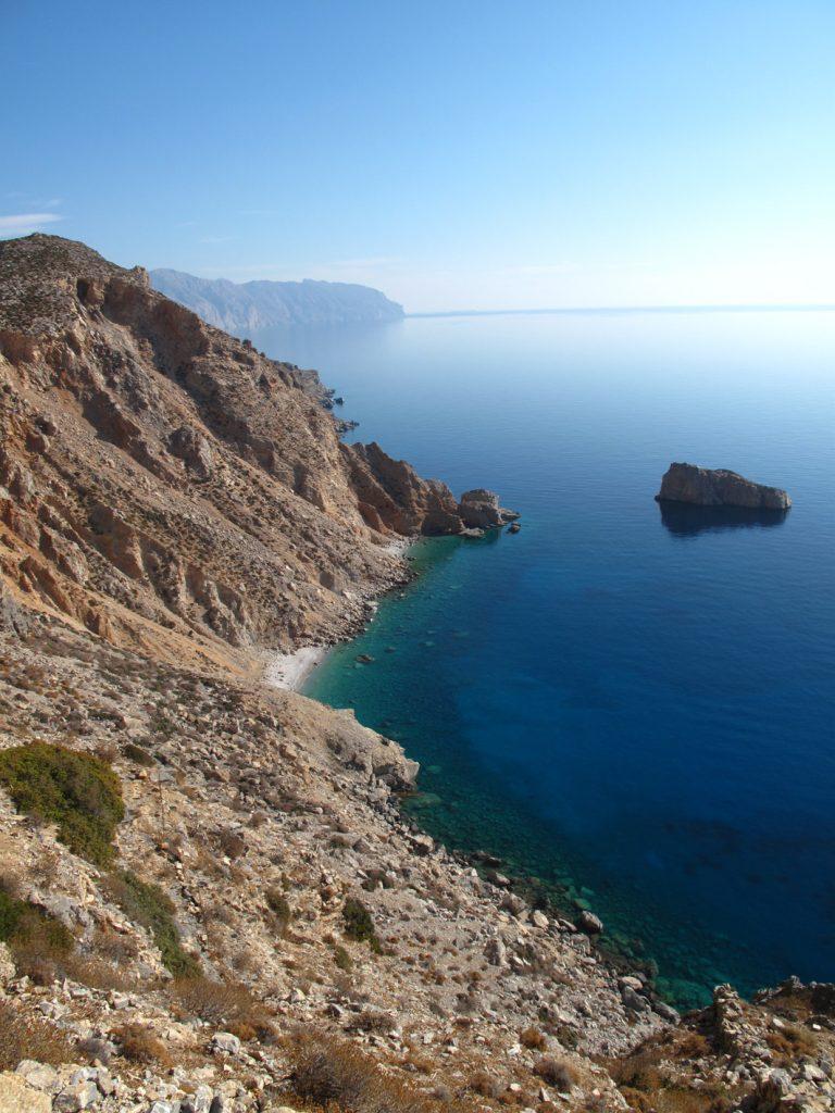 Atemberaubende Felsküsten treffen auf kristallklares Meer
