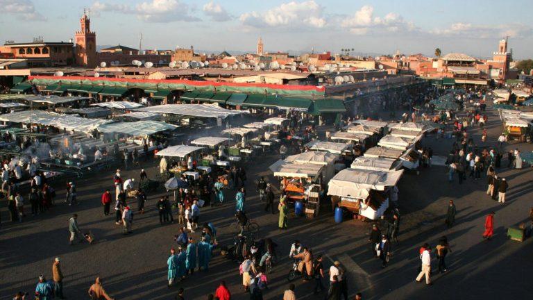 Auf dem Markt von Marrakesch pfeilschen