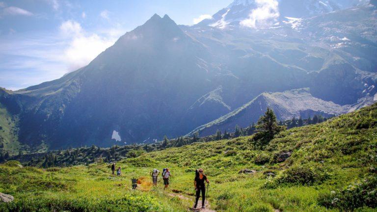 Wandern in der Gruppe am Mont Blanc in Frankreich