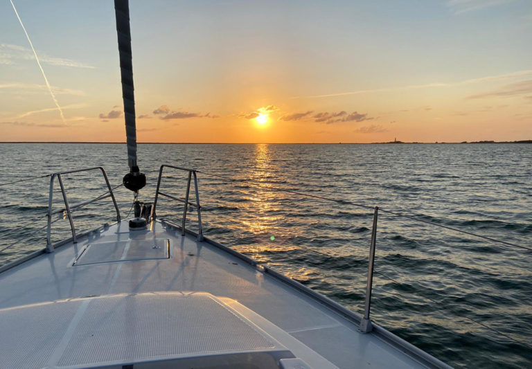 Den Sonnenuntergang auf dem Meer erleben