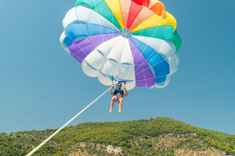 Paragliding über malerischen Landschaften