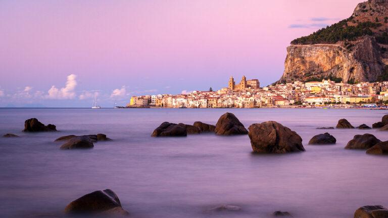 Blaue Stunde nach Sonnenuntergang mit Blick auf Cefalù