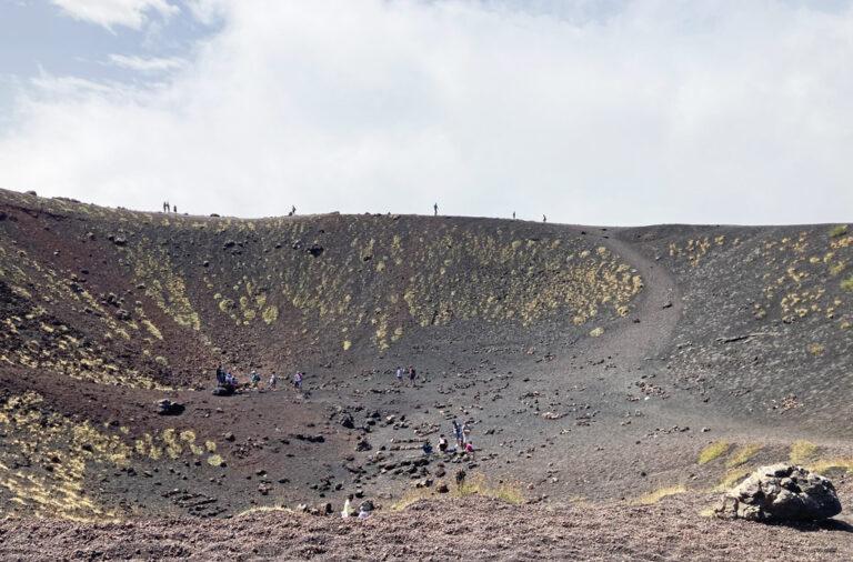 Unterwegs auf einem der Ätna Krater