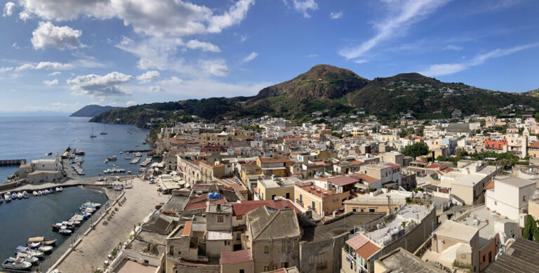 Blick auf die bunten Häuser von Lipari