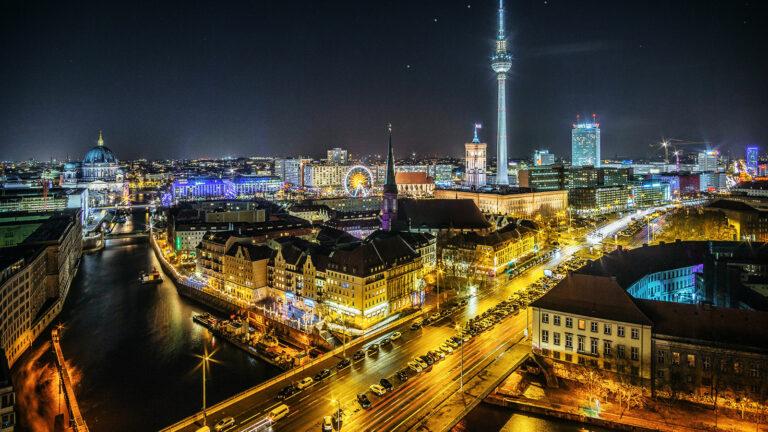 Berlin bei Nacht: Blick über die Spree, Deutschland