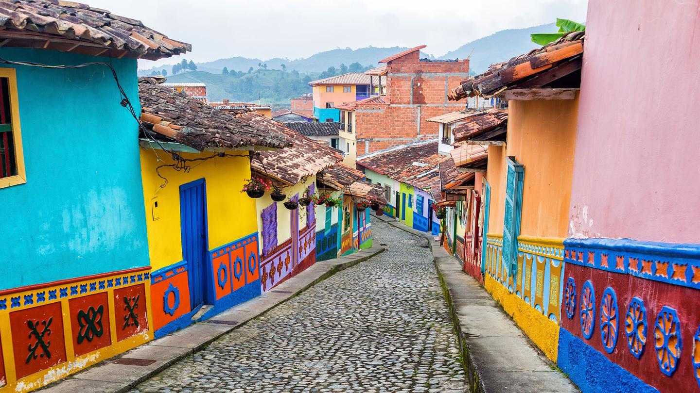 Medellin Cobblestone Street Kolumbien & Ecuador Gruppenreisen für junge Leute traveljunkies