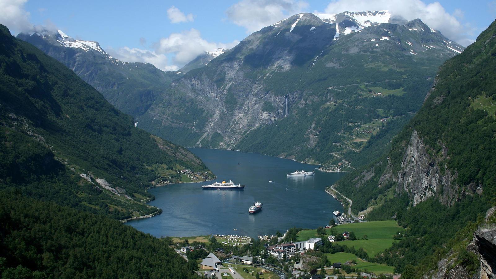 Fjord Norwegen Schiff Expedition traveljunkies