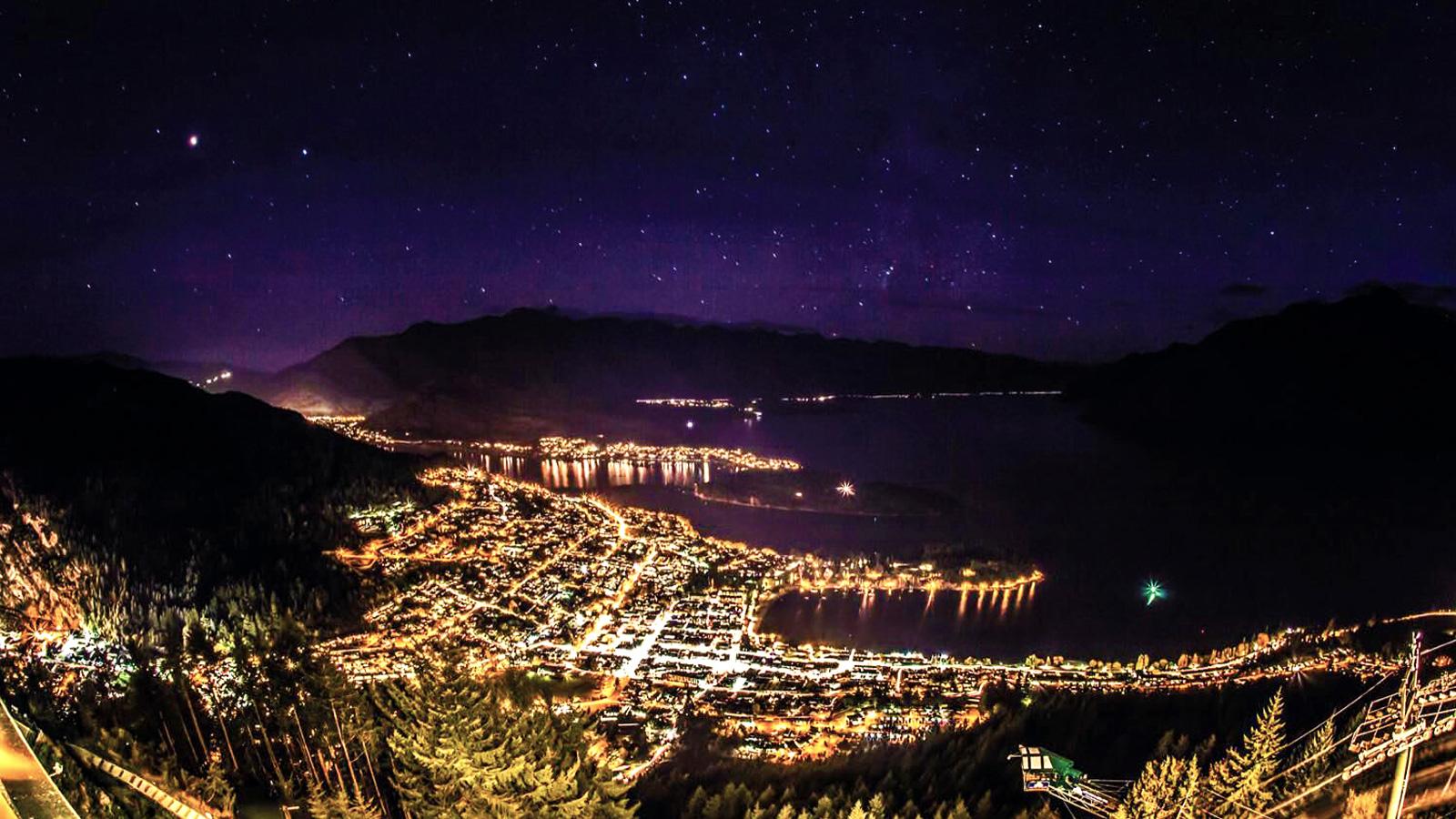 Reisen für junge Leute Neuseeland Queenstown bei Nacht traveljunkies