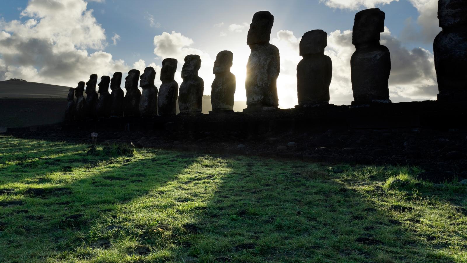 Steinskulpturen auf den Osterinseln bei Hanga Roa. Das Geheimnis der Steinstatuen, Moai, von Rapa Nui.