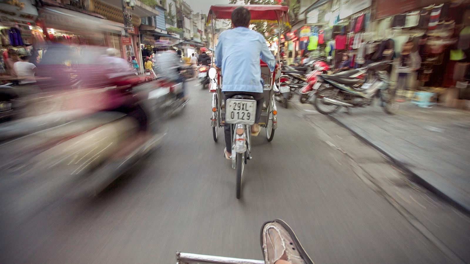 Straße in Hanoi in Vietnam. Mit dem Fahrrad durch Vietnam.