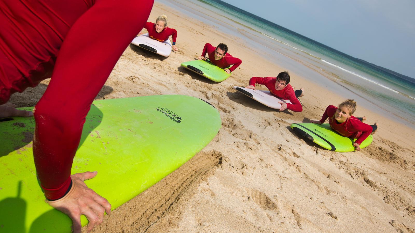Surfkurs am Strand von Byron Bay in Australien Reisen für junge Leute traveljunkies