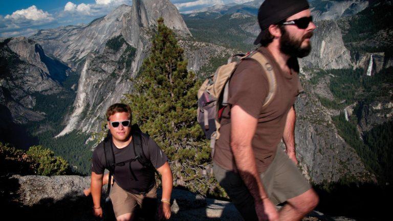 USA California Yosemite Reise für junge Leute in der Gruppe Camping traveljunkies