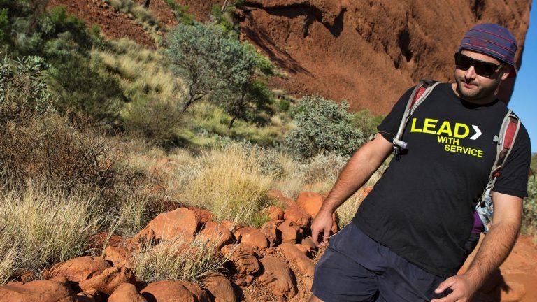 Wandern am Ayers Rock Uluru in Australien. Northern Territory Reisen für junge Leute traveljunkies