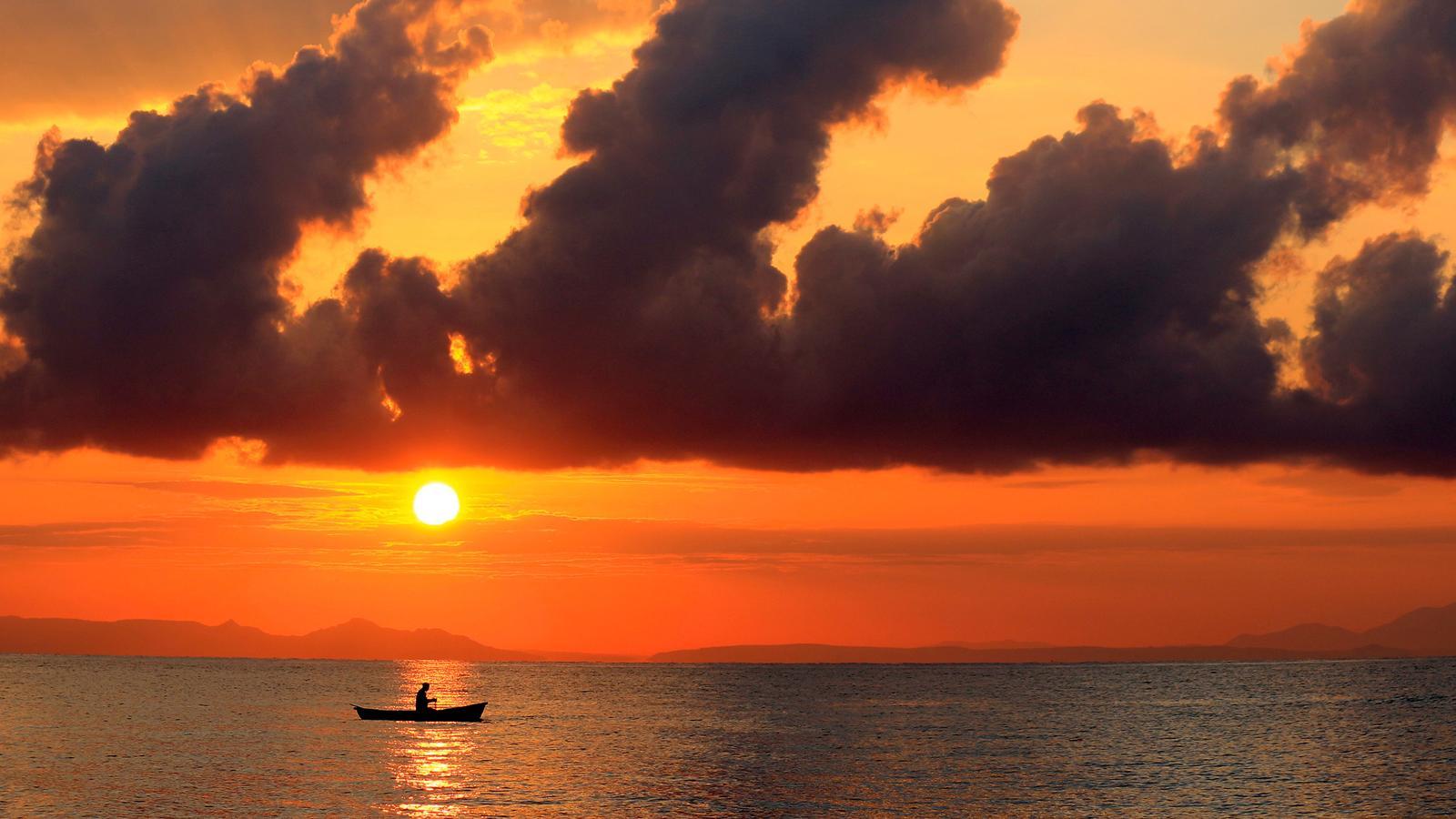 traveljunkies Sonnenuntergang über Malawisee Abenteuerreise Afrika Reisen für junge Leute Seregeti Safari Sansibar